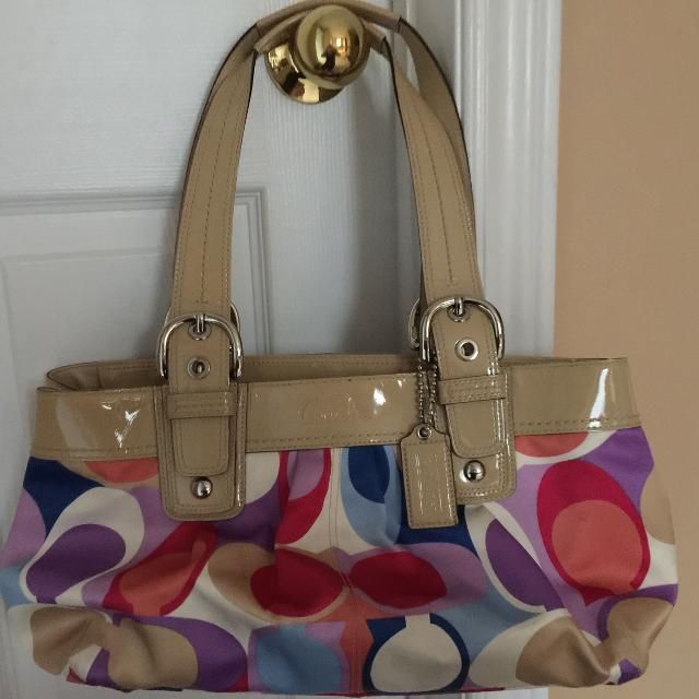 closer at arriving new collection Original Coach purse in great condition- beautiful summer purse