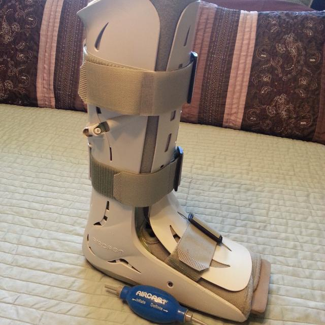 Air Cast / walking boot tall height size M  Very good condition with pump