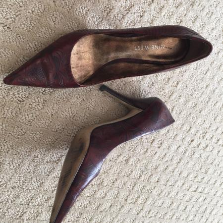 60855d21c19f Beautiful leather embossed Nine West heels. Size 5M.