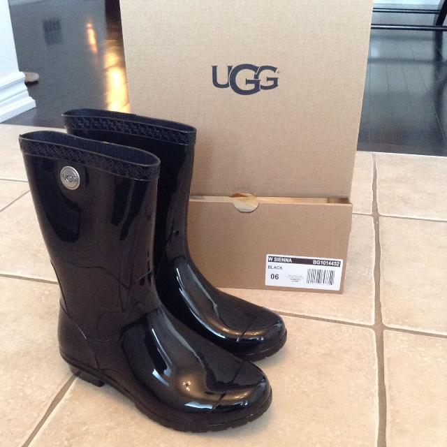 5964931e8b0 UGG Sienna rain boots size 6 but fit like 7