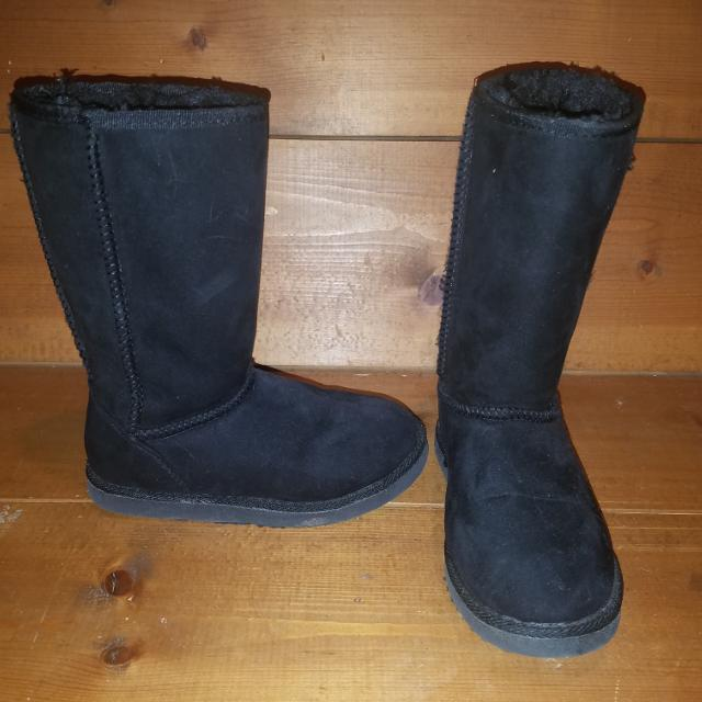 24ad47d1656 Black target Ugg style boots $10(paid $2 *like new*