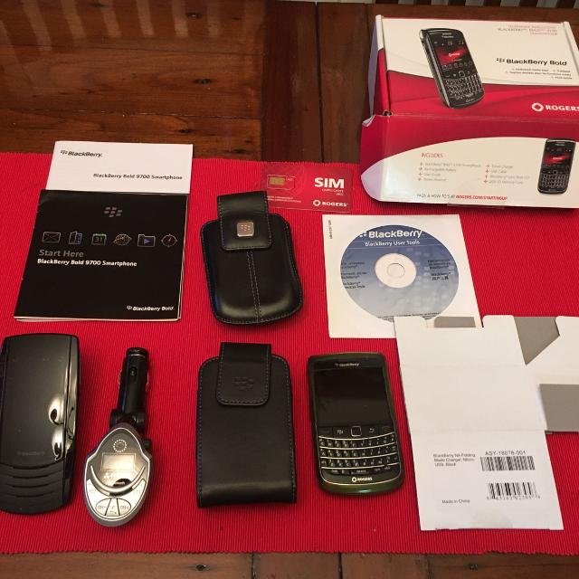Blackberry Bold 9700 Smartphone with Bluetooth Handsfree, Cases, Charger,  Software and manuals  EUC