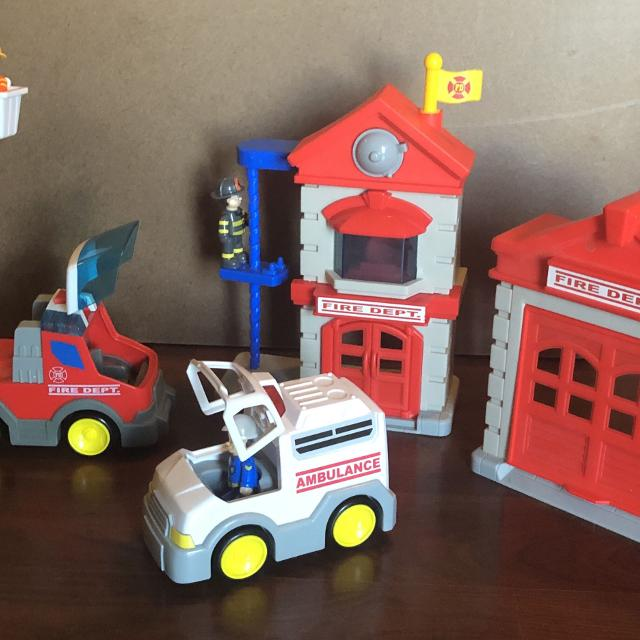 Emergency Service Toys: ambulance FireTruck and Fire stations with 3 action  figures Spanish or English speaking