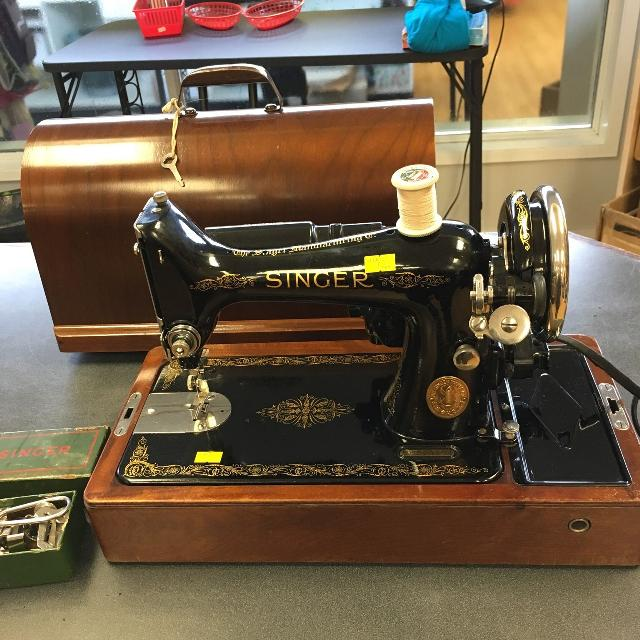 Antique Singer sewing machine in bentwood case  Dated 1937 made in  Scotland  A beauty!