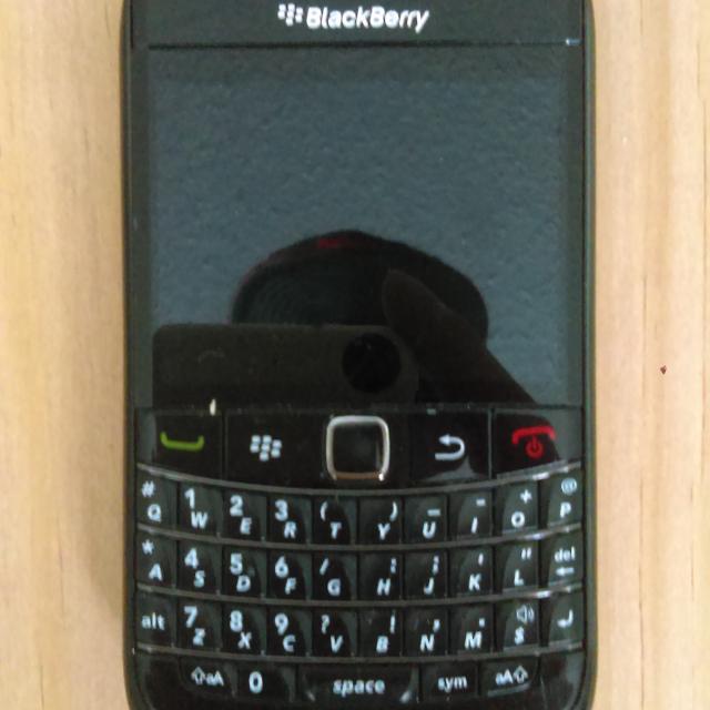 Blackberry Bold 9780 near MINT w/ belt holster