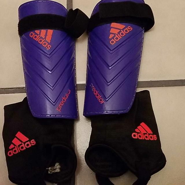 Best Sz Med - Adidas Shin Guards - Should Fit Approx 8-10 Year Old ... 22a4f0302dcc