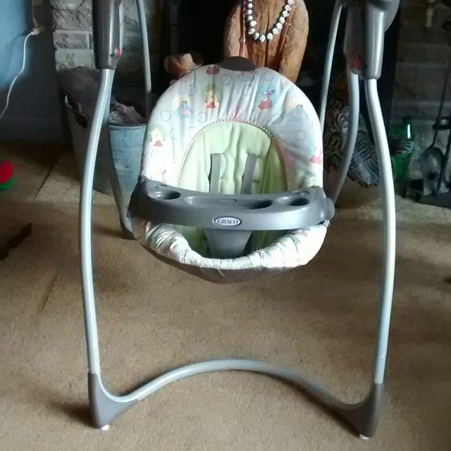 NEED TO MAKE ROOM FOR A HIGH CHAIR! Price drop! GRACO BABY SWING, BEEN  GENTLY USED AND IS VERY CLEAN, PLAYS MUSIC AND HAS DIFFERENT SPEEDS!