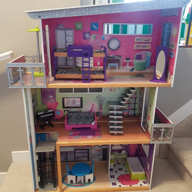 Kidcraft barbie/doll house