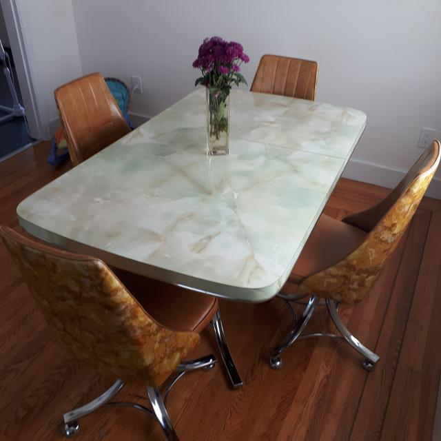 Vintage arborite dining/kitchen table and chairs