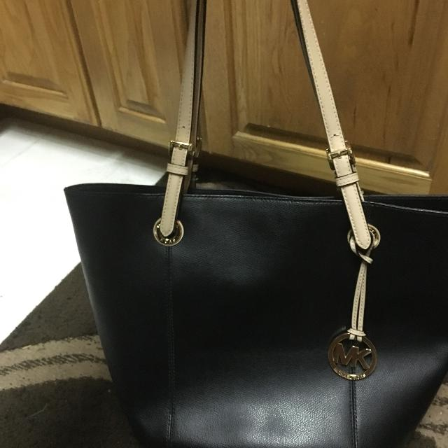 32bbd129e9efc3 Find more Gently Used Michael Kors Purse Black With Tan Handles ...