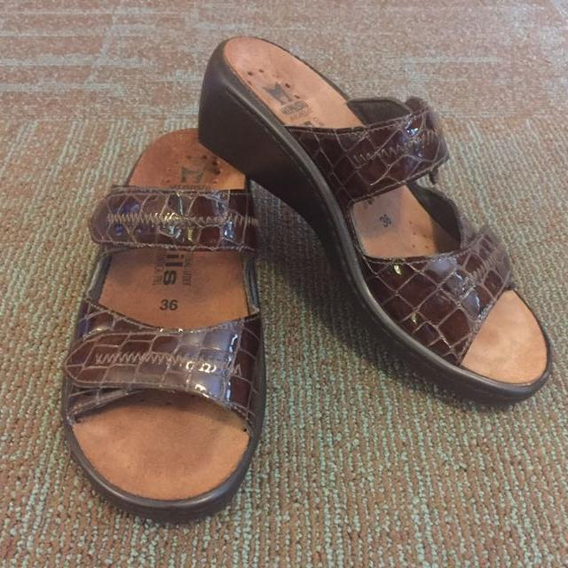 b81547d6140 Find more Women's Brown Patent Croc Mobils Mephisto Ulda Two Strap ...