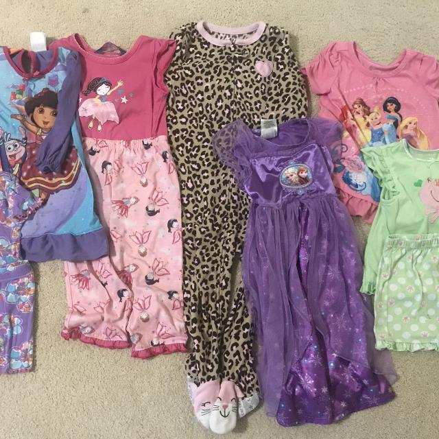 4e2362b29f9b2 Lot of 7 girls pajamas 24 month / 2T