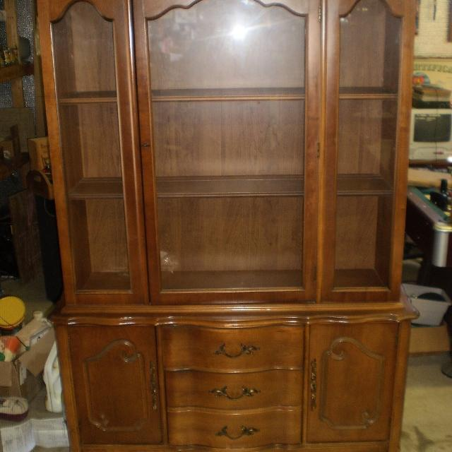 Bett French Provincial Maple China Cabinet Hutch