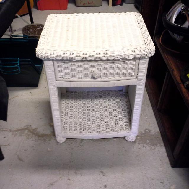 Best White Wicker Night Stand Very Sy In Good Condition Poms For Wimberley Texas 2019