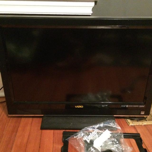 Vizio 32 Inch VO320E TV With Wall Mount