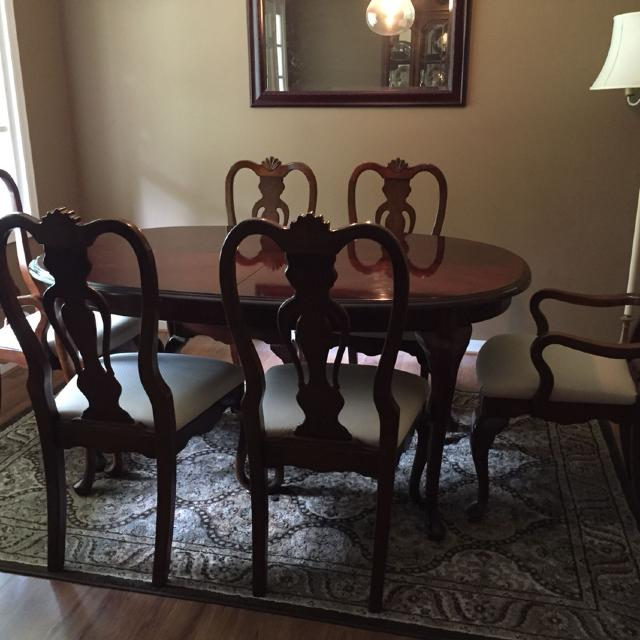 Lexington Dining Room Table With Two Leaves Six Chairs 2 Of Those Are Captain