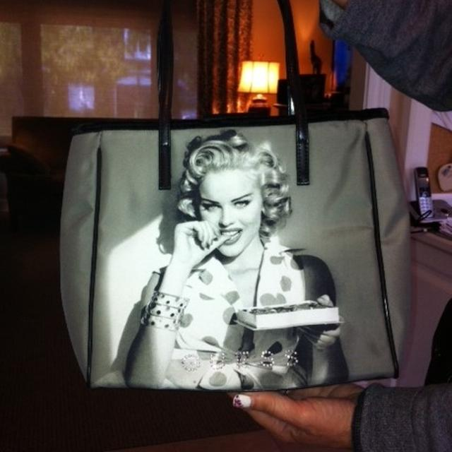 4a48927991 Find more Guess Marilyn Monroe Purse for sale at up to 90% off