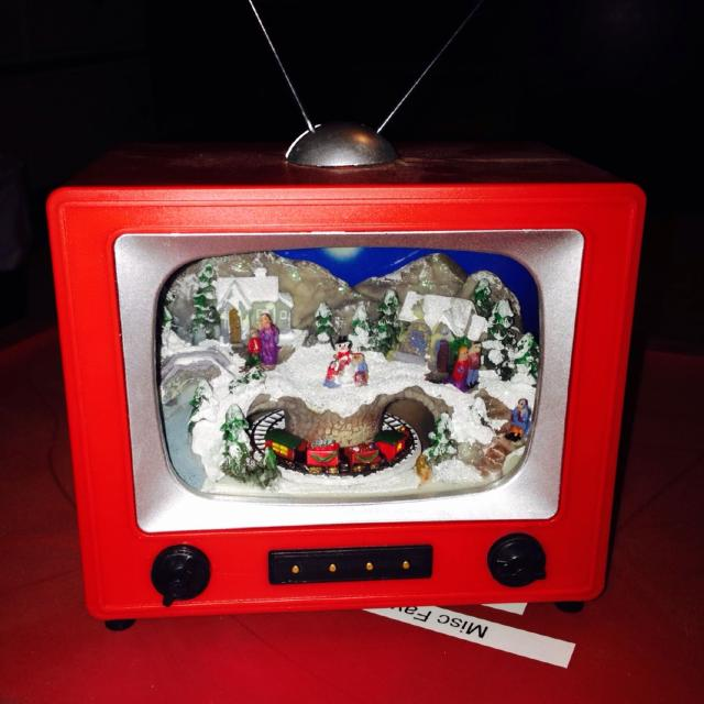 retro tv plays christmas music and the train goes around use to light up