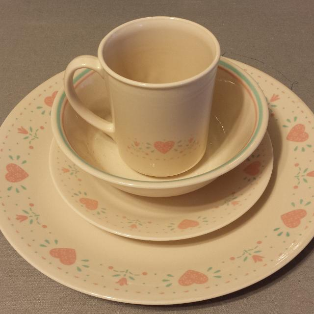 Corelle heart pattern set  This is a discontinued pattern  Set includes 8  dinner plates,5salad plates,5 cereal bowls,4 coffee cups
