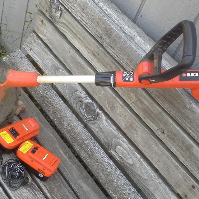 Black & Decker 18volt rechargeable weed eater  Handle is adjustable  Comes  with 2 batteries, no string included  Works
