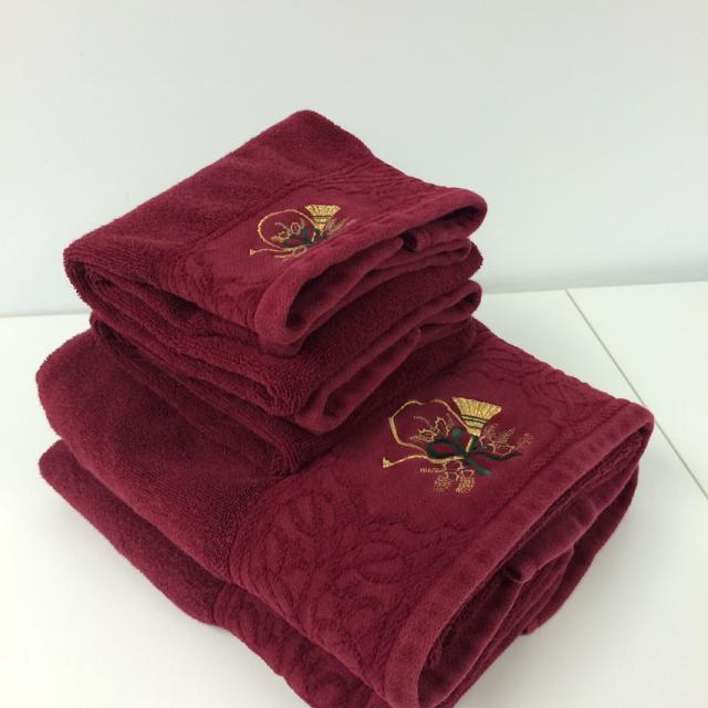 Towel Set Two Bath And Hand Towels Burgundy Christmas Smoke Free