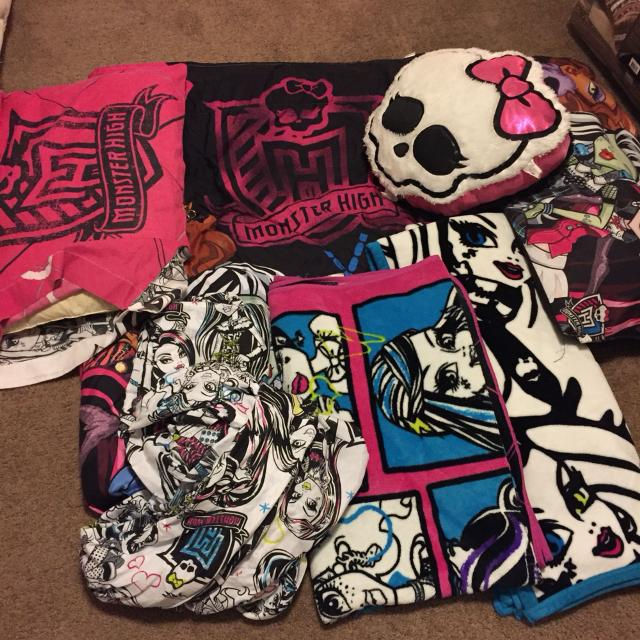 Monster High Twin Size Comforter With Matching Sheet Set A Decorative Pillow Body
