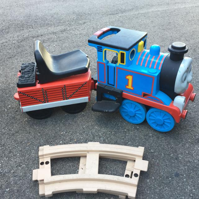 Power wheels Thomas the train with track 35$ more pics in comments section