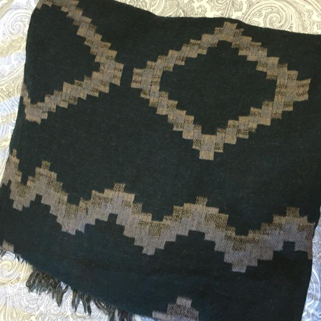 aritzia diamond mosaic scarf how to wear