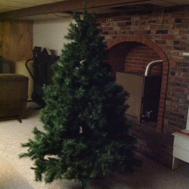 artificial christmas tree comes apart in 3 sections 7ft tall no lights or box very bushy