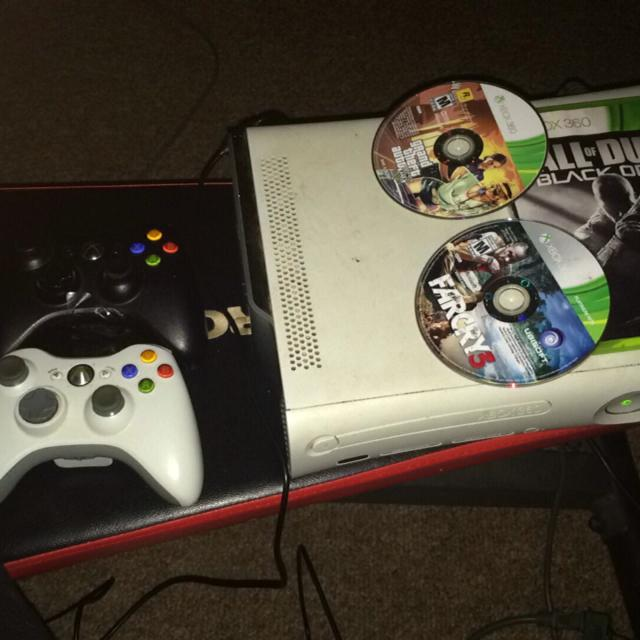 White Xbox 360 w/2 controllers / COD Black Ops 2 , GTA 5 , & Far Cry 3