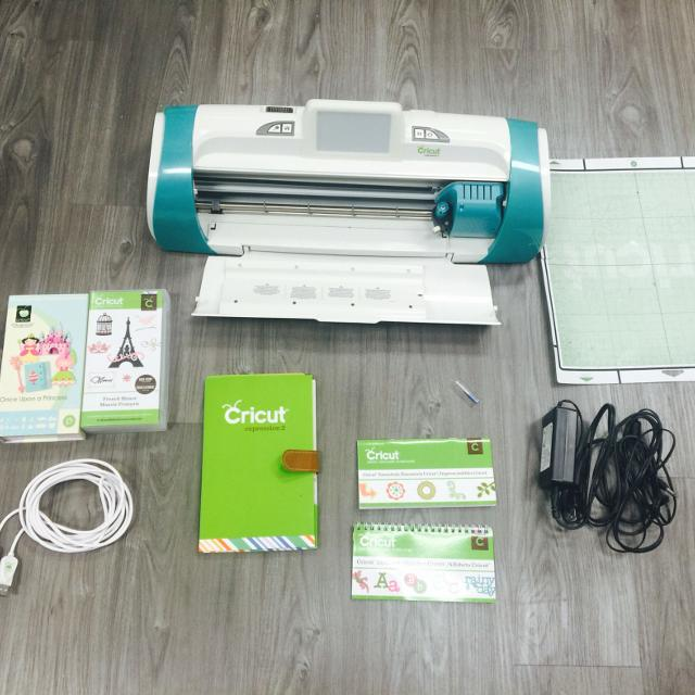 Cricut Expressions 2 w/ two Cartridges *price reduction*