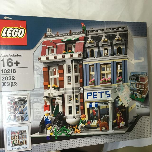 LEGO Creator #10218 Pet Shop  2032 Pieces  Factory Sealed in Box