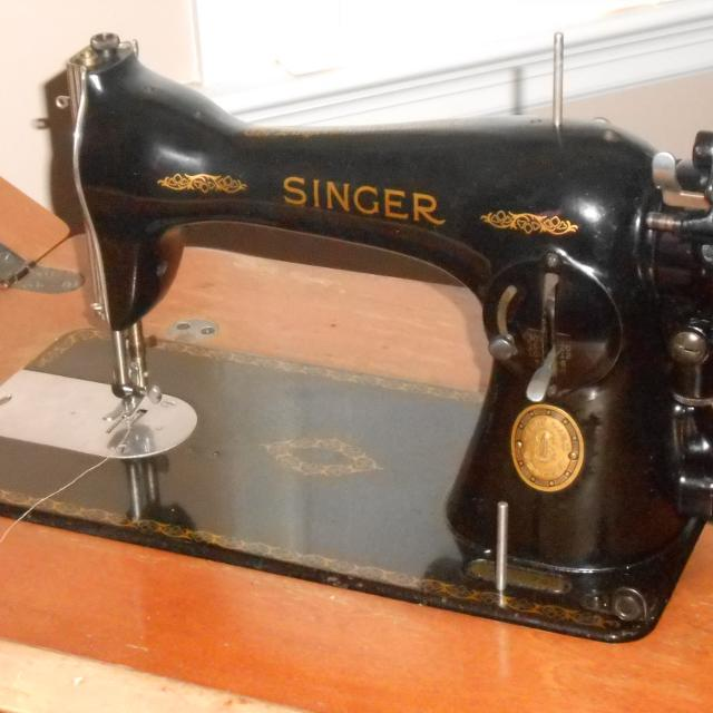 1948-1952 Vintage Singer Sewing Machine and cabinet Working Condition
