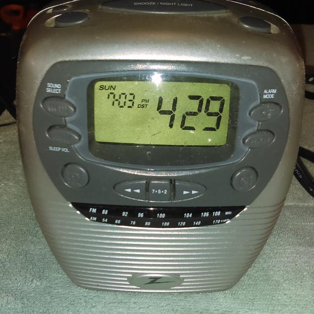 REDUCED!!! GUC - ZENITH REDI SET ALARM CLOCK / RADIO / SOUNDS