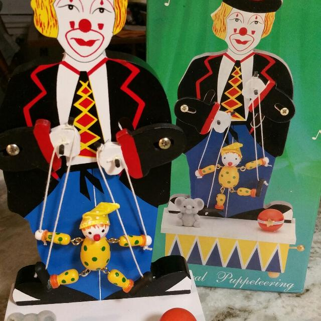 CLOWN COLLECTORS! Musical Wood Clown Moving a Puppet to the Music BRAND NEW