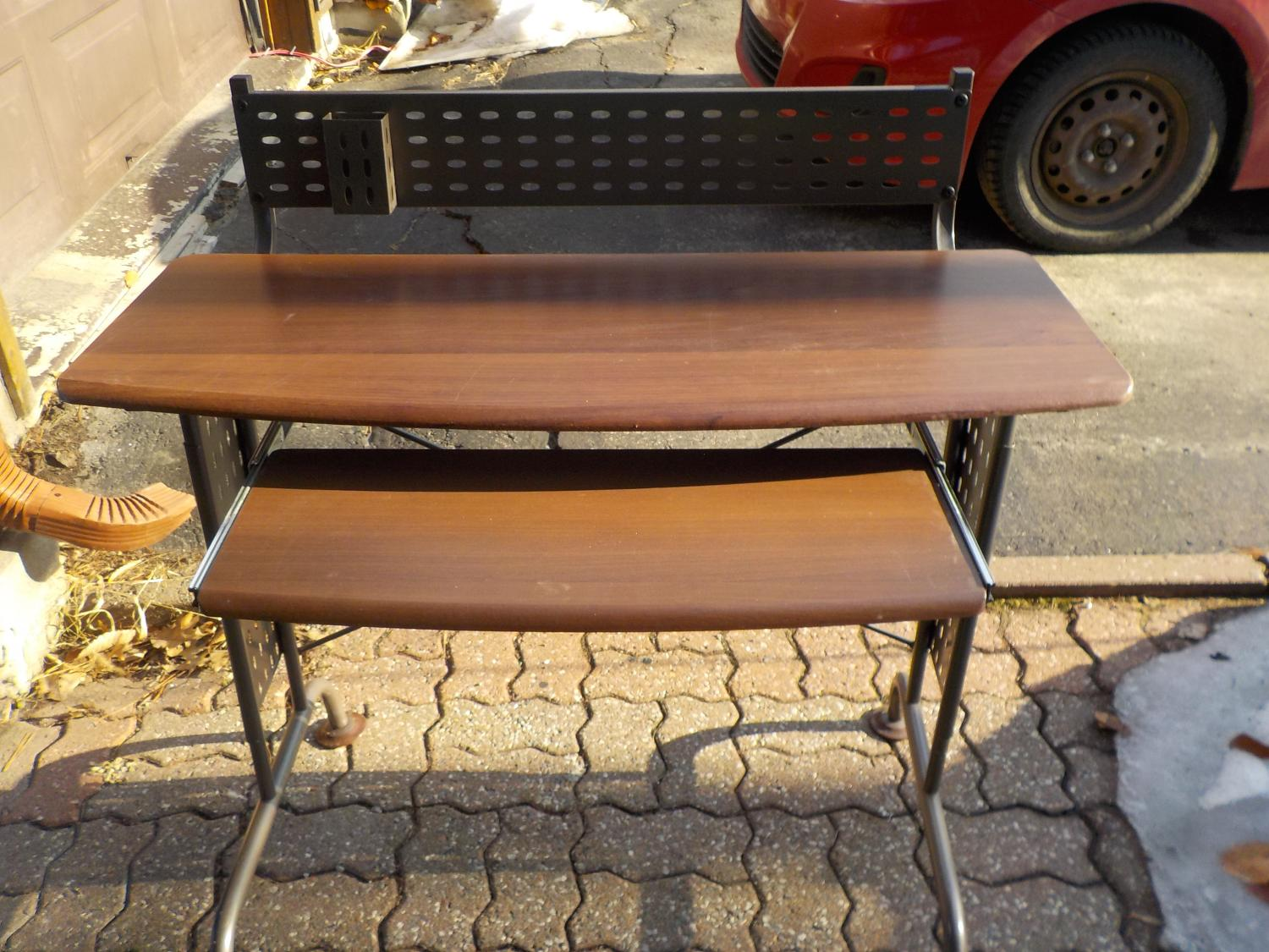 Find more computer desk great condition price drop for for Table 09 pointe claire