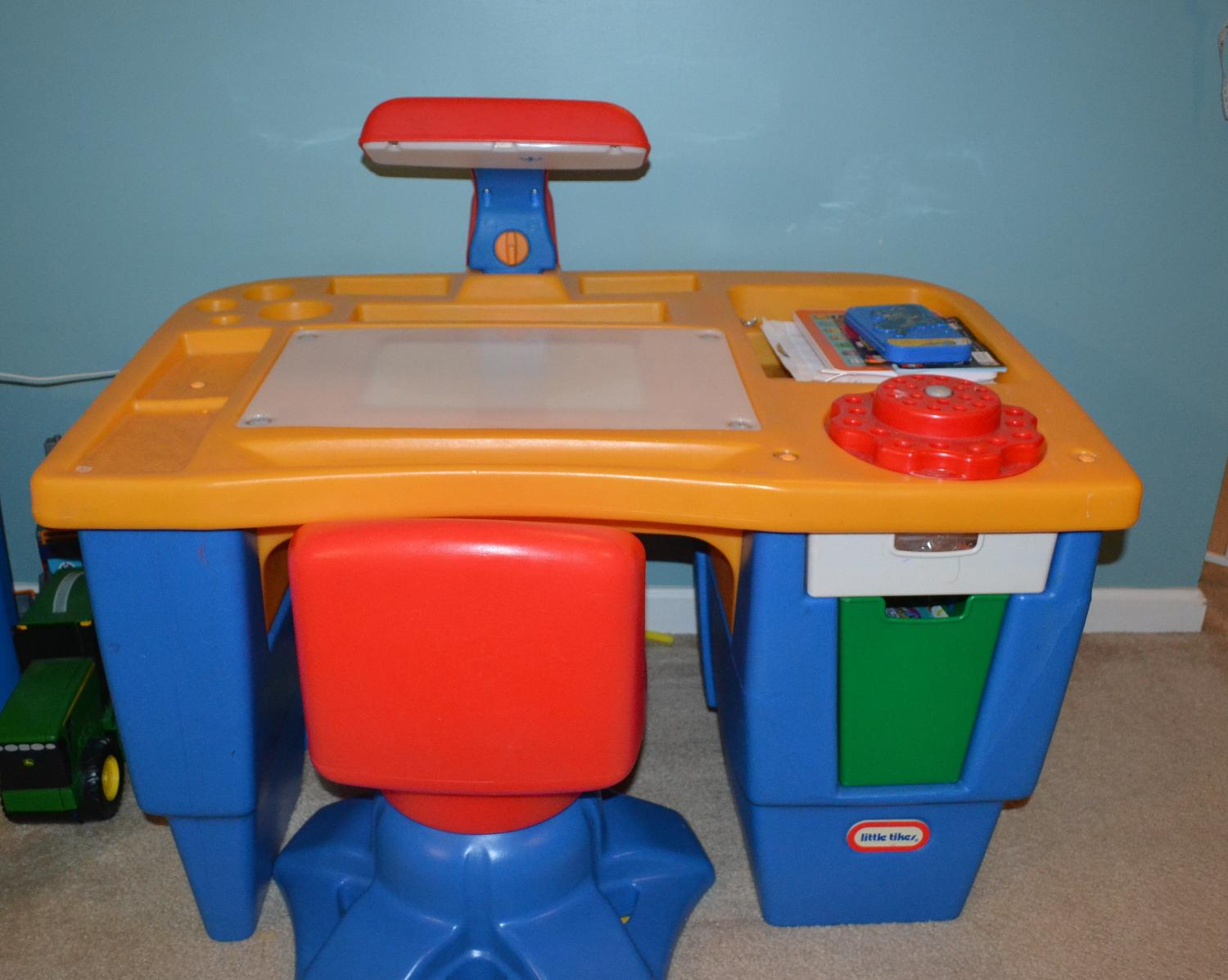 find more little tikes desk and chair reduced for sale at up to 90 off hendersonville tn. Black Bedroom Furniture Sets. Home Design Ideas