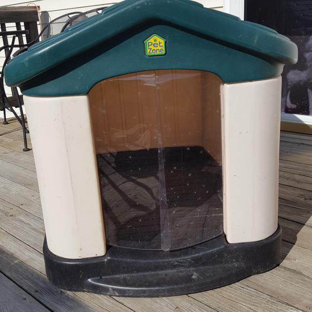 EUC Large Pet Zone Tuff-n-Rugged Dog House w/ Flap Door